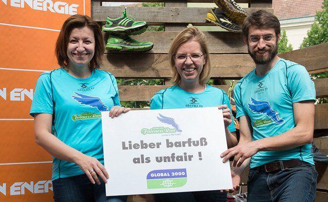 Rund 100 Barfuß-Läuferinnen und Läufer nahmen an der Wien Energie Barfuß-Challenge am Uni Campus Wien teil