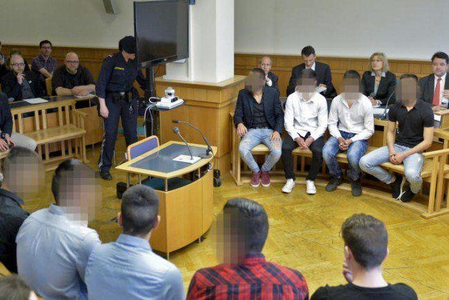 Mitglieder der Jugendbanden vor Gericht.