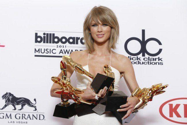 Taylor Swift konnte alle ihre Awards gar nicht auf einmal halten.