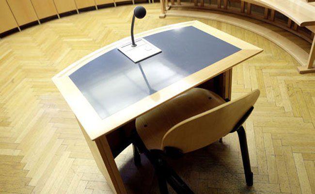 Vier mutmaßliche Hehler mussten sich vor Gericht verantworten.