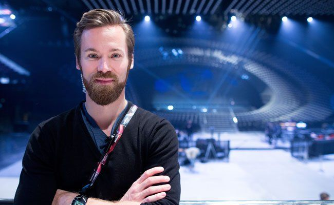 Stage Director Marvin Dietmann vor der ESC-Bühne.