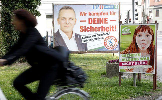 Mit diesen Plakaten werben FPÖ und Grüne.