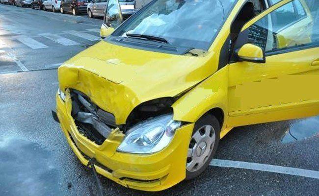 Das unfallbeteiligte Taxi ist stark beschädigt.