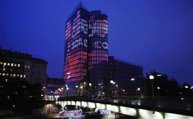 So präsentiert sich der Uniqa Tower derzeit im Dunkeln.