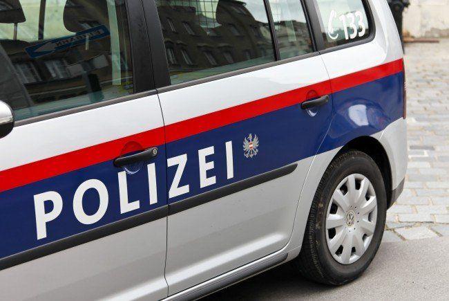Die Polizei sucht nach den vier Tätern.