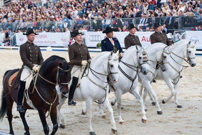 Die Spanische Hofreitschule feierte ihr 450-jähriges Jubiläum am Wiener Heldenplatz.