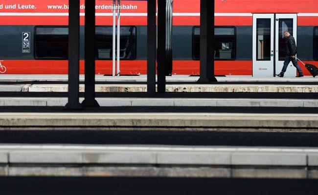 Frau am Bahnsteig attackiert