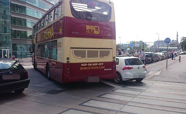 Dieser Bus rammte scheinbar den weißen Pkw