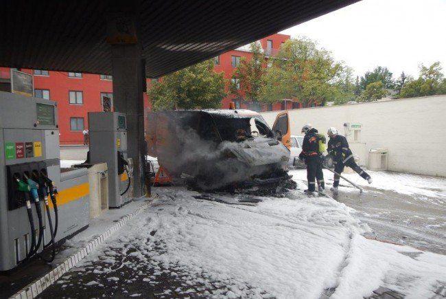 Die Rettung brachte vier Männer mit leichten Rauchgasvergiftungen ins Spital