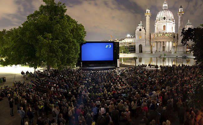 Das Kino unter Sternen lockt die Besucher alljährlich zum Karlsplatz