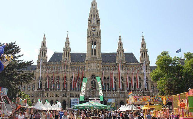 Der Wiener Kirtag am Rathausplatz ist jedes Jahr ein Besuchermagnet