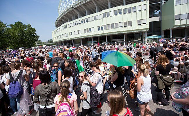 One direction-Fans strömen problemlos in das Ernst-Happel-Stadion