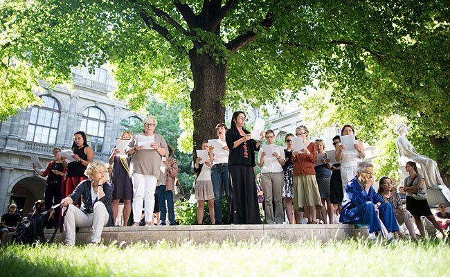 """""""Frauen AUS/SCHLUSS"""" von Elfriede Jelinek - aufgeführt als """"Jelinek-Choral"""" von großem Sprechchor an der Uni Wien"""
