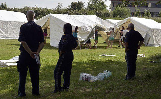 Zelte werden von Polizeischülernauf dem Gelände der polizeilichen Sicherheitsakademie für Flüchtlinge in Traiskirchen errichtet
