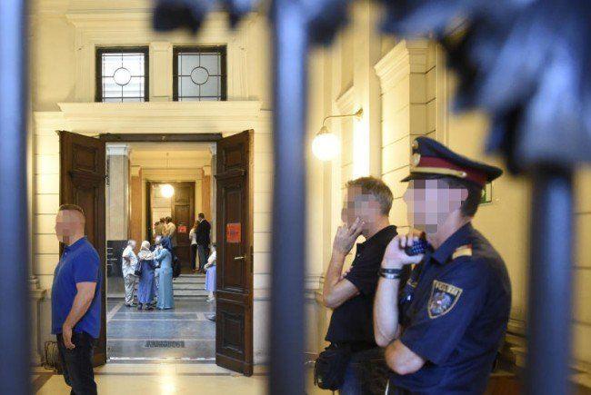 Großes Polizeiaufgebot beim Islamisten-Prozess in Wien.