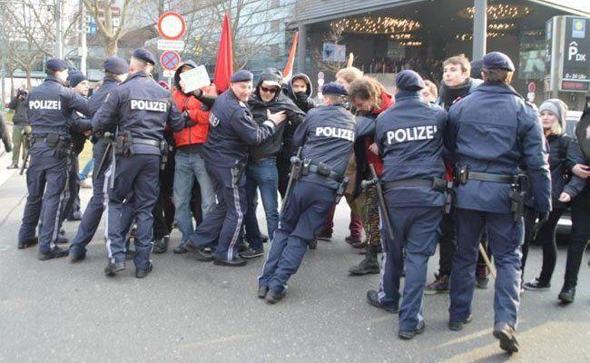 Bei einer Demo der Identitären 2014 musste die Polizei eingreifen.