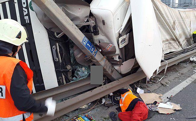 Hilfskräfte an der Unfallstelle auf der A23