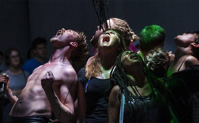 """Sebastian Nübling und das """"junge theater basel"""" versuchten das Lebensgefühl der Jugend von heute widerzuspiegeln"""