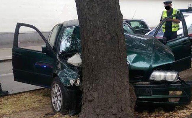 Der Lenker rammte frontal einen Baum.