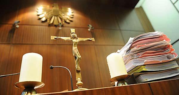 Ehemalige Leiterin der Justizvollzugsanstalt ließ laut Anklage ihre Bachelorarbeit abtippen