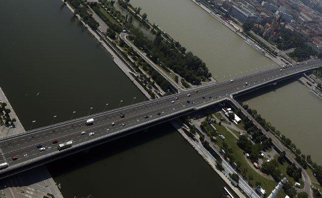 Während der Radparade bleicht die Reichsbrücke autofrei.