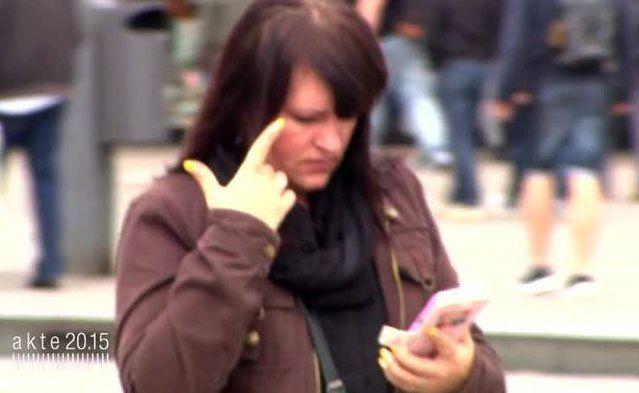 Die Smartphone-Sucht kann ganz schön gefährlich werden.