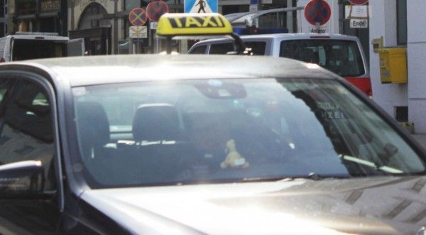 Mit einem Taxi ergriffen die Männer die Flucht