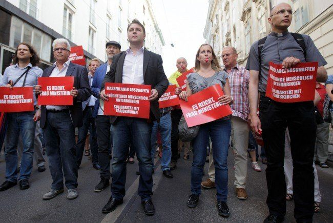 Traiskirchner Bürgermeister Babler und Hunderte Bürger demonstrierten gegen die Asyl-Lage.