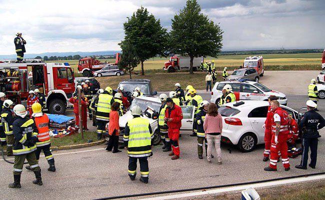Acht Personen wurden bei dem Unfall am Sonntag verletzt.