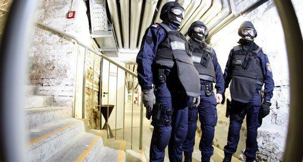 Wien - Neubau: Mann bedroht Polizisten mit einer Axt