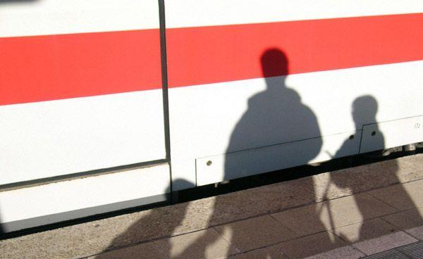 Mann am Bahnhof Mödling von Zug erfasst
