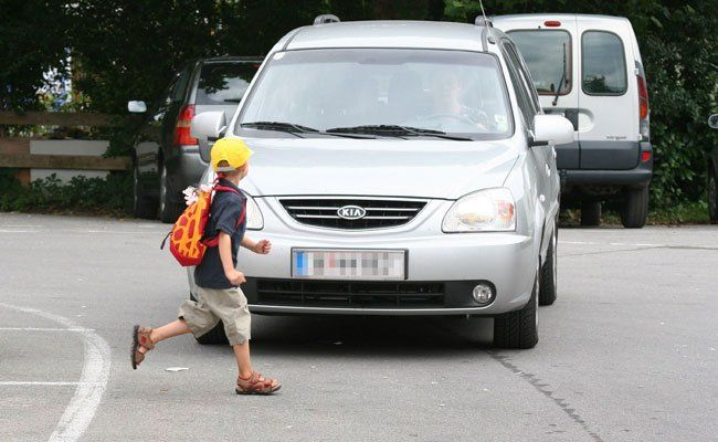 Das Kind lief zwischen geparkten Autos plötzlich auf die Straße.
