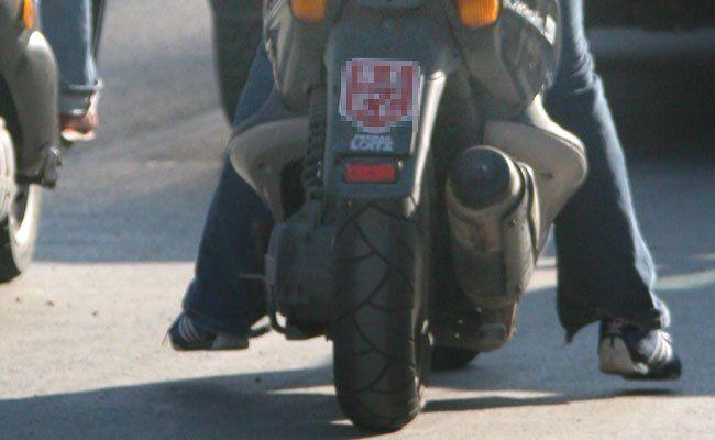 Der Mopedfahrer wurde bei dem Sturz verletzt.
