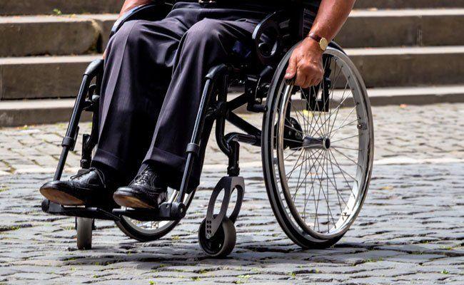 Der flüchtige Täter attackierte und beraubte einen Rollstuhlfahrer.