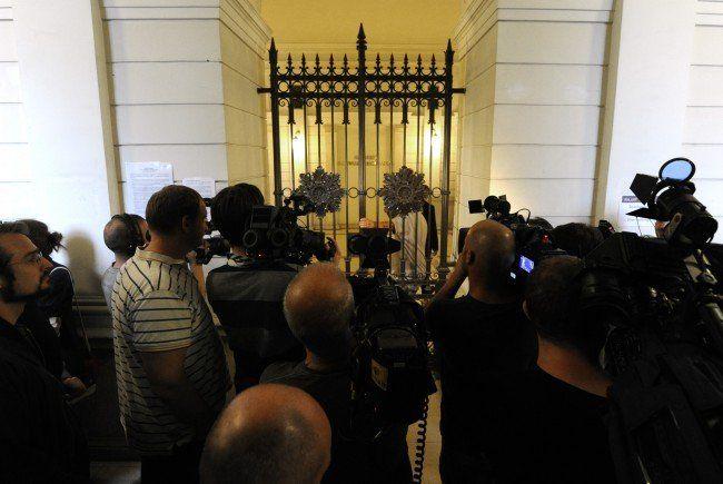 """Journalisten vor dem Großen Schwurgerichtssaal vor Beginn des Prozesses gegen einen 17-jährigen Angeklagten der in Syrien für die der Terrormiliz """"Islamischer Staat"""" (IS) gekämpft haben soll, vor Prozessbeginn am Landesgericht in Wien"""