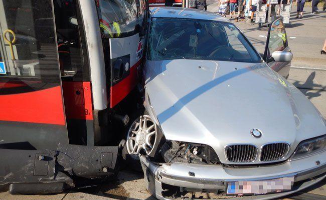 Der Pkw-Lenker konnte sich selbst aus dem Fahrzeug befreien.