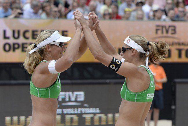 Barbara Hansel (li.) und Stefanie Schwaiger gehen als Außenseiter in die Beach Volleyball-EM in Klagenfurt.
