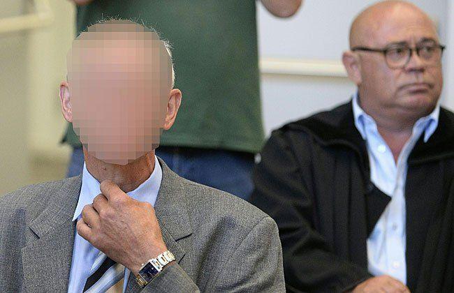 """Der 58-jährige """"Kellerbesitzer"""" mit Anwalt Werner Tomanek beim Prozess in Eisenstadt"""