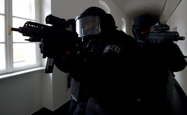 Cobra-Beamte nahmen die Verdächtigen im 17. Bezirk fest.
