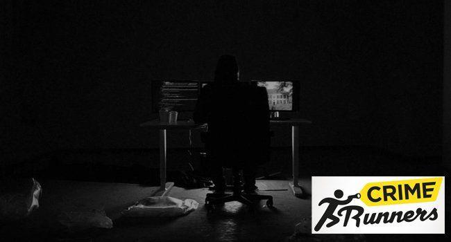"""Der mysteriöse Operator ist ein Hacker, der die """"Crime Runner"""" durch das Live Action Adventure führt."""