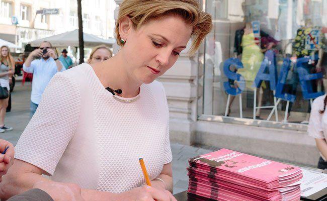 Beate Meinl-Reisinger sammelt Unterschriften für das Volksbegehren.