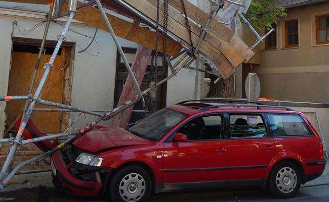 Großer Schaden an Auto und Gerüst.