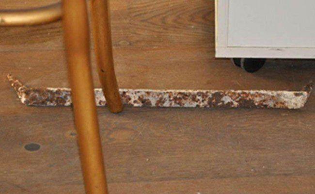 Mit diesem rostigen Werkzeug schlug der Täter eine Glasvitrine eingeschlagen.