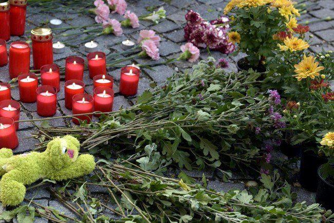 Trauer nach dem Flüchtlingsdrama auf der A4.