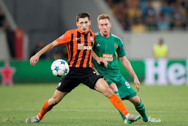 Taras Stepanenko (r.) zollt Rapid Respekt.