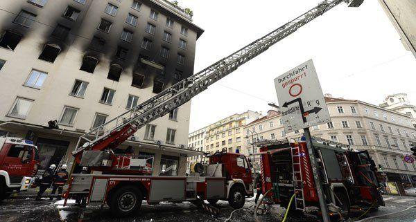 Aufräumarbeiten der Feuerwehr nach dem Brand am Hohen Markt