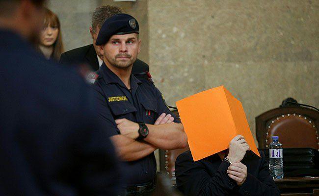 Der Angeklagte (r.) beim Prozess in Wien