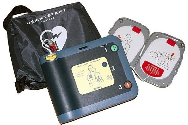Mit einem Defibrillator gelang es, den Mann zu retten