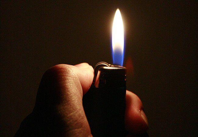 Mit einem Feuerzeug setzte die Frau den Lebkuchen-Aufsteller in Brand