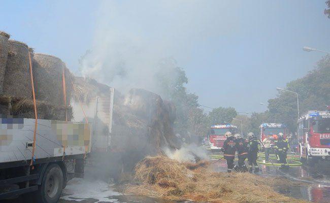 Anhänger eines Lkws ging in Flammen auf